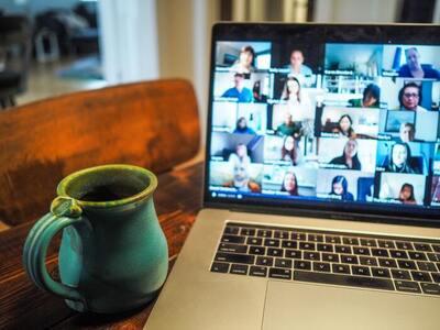 コーヒーカップとノートパソコン